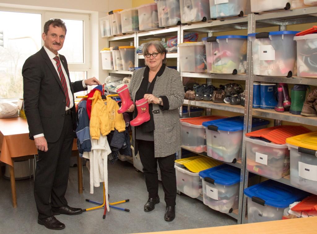 Vorsitzende Wilma Ballensiefen zeigt mir die Kleiderkammer