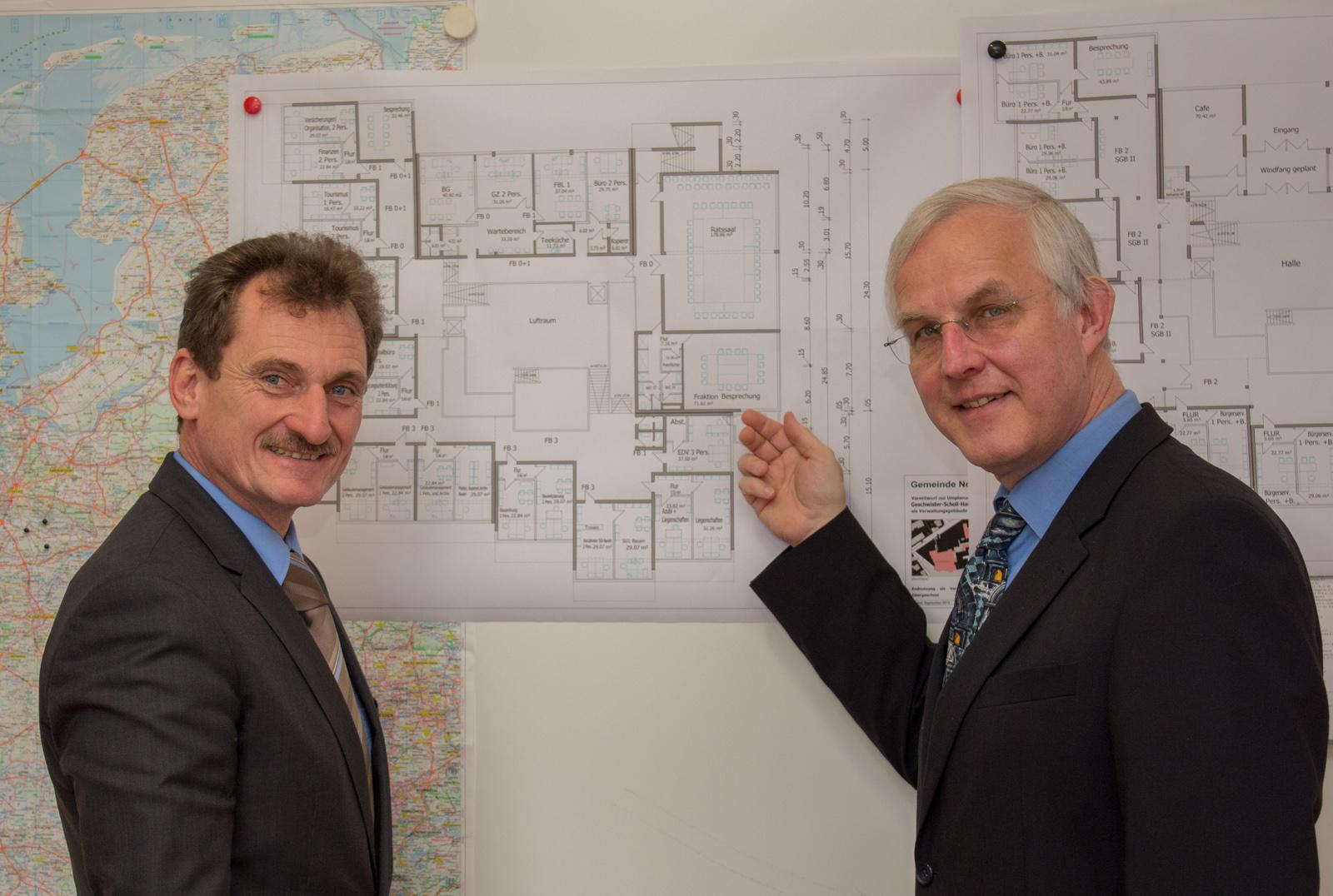 Bürgermeister Schneider erläutert Ulli Hampel die Pläne für den geplanten Umbau der Nottulner Geschwister-Scholl-Hauptschule